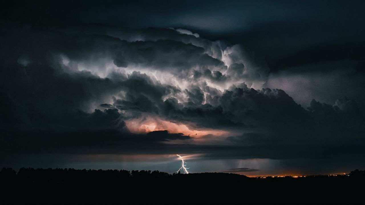lightning_thunderstorm_cloudy_126444_1280x720.jpg