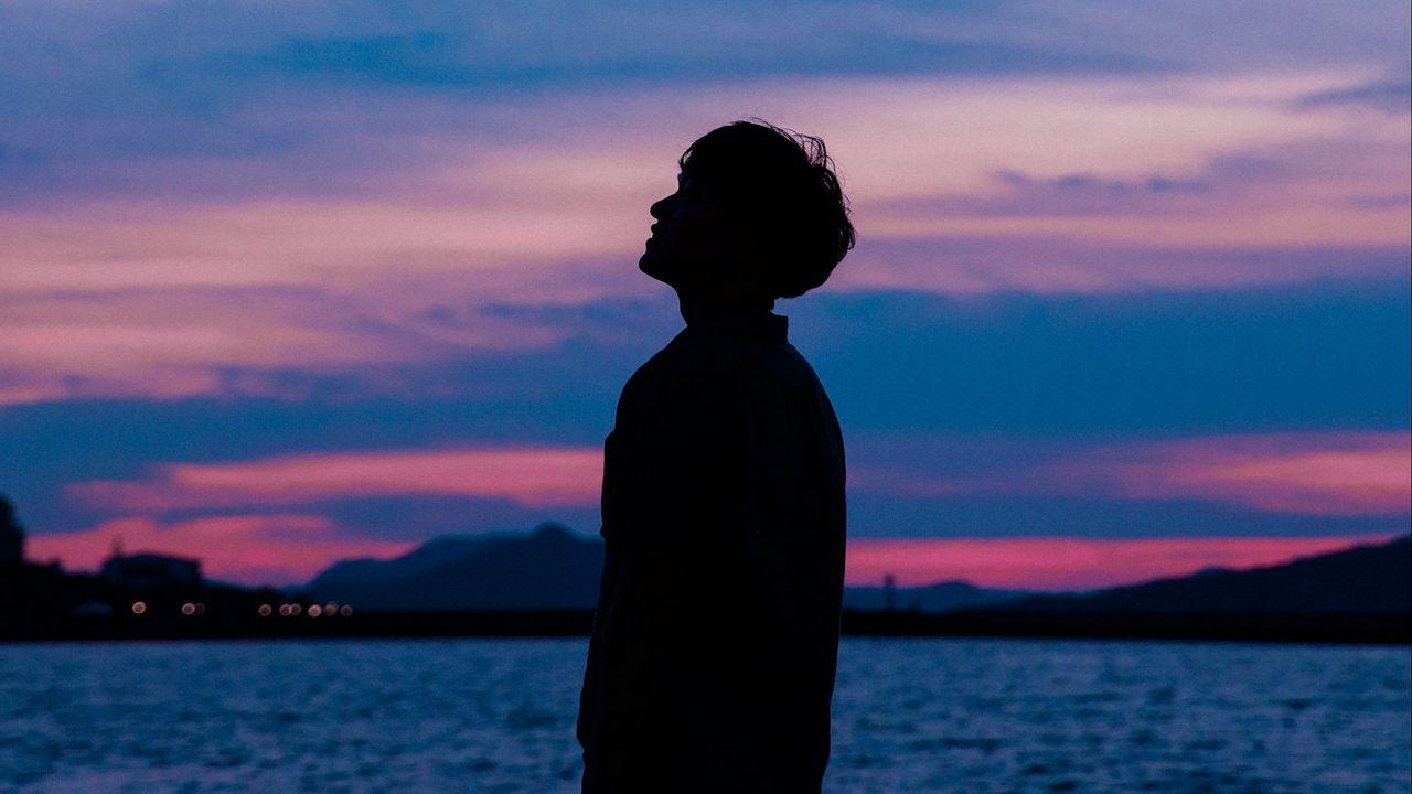 boy_silhouette_sunset_sky_sea_120026_1280x720.jpg