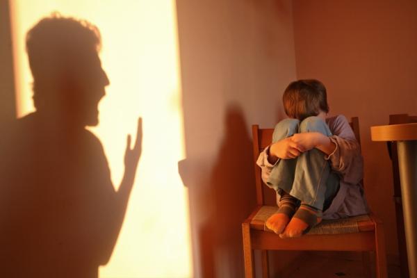 اباء يقوم بتعنيف ابنه ويؤثر علي حالتة النفسية